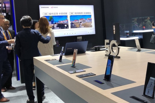 「5G対応」が強調された新製品が並んだ「上海国際輸入博」のサムスンのブース