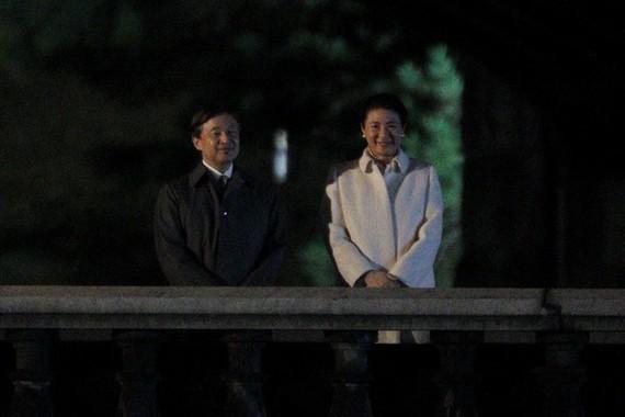 「国民祭典」の際、皇居正門石橋で祝意に応える天皇皇后両陛下