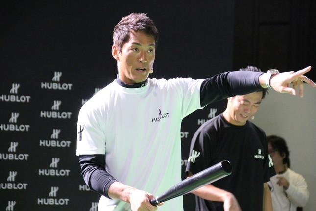 イベントでバッティングに熱が入る長嶋一茂氏