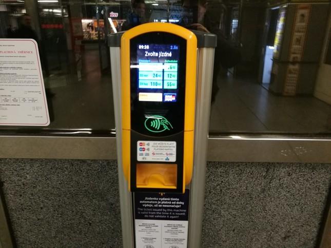 プラハ地下鉄にある非接触型対応の券売機