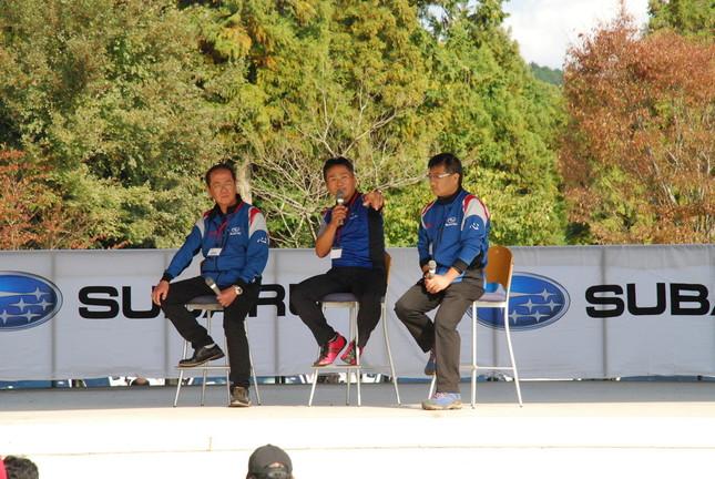 ステージのトークショーで熱く語る平岡氏(左)と辰己氏(中央)。WRXの開発秘話などが披露された