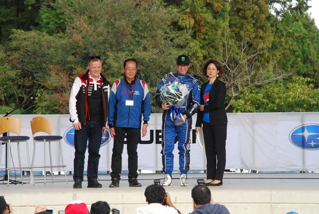 スペシャルゲストとして登場したペター・ソルベルグ(右から2人目)とトミー・マキネン(左端)。いずれもWRXで活躍したスバルのエースドライバーだ