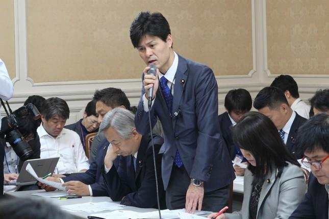 旅行会社からの回答について説明する柚木道義衆院議員