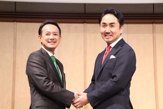 会見に出席したZHDの川邊健太郎社長とLINEの出澤剛社長