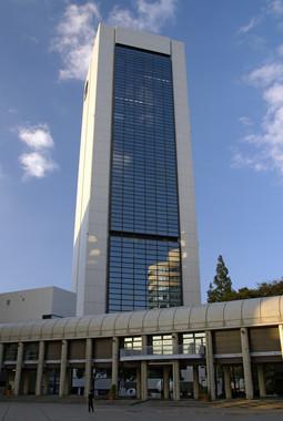 ワールド本社ビル(663highlandさん撮影、Wikimedia Commonsより)