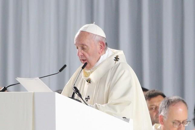 東京ドームで行われたミサで説教するフランシスコ教皇。日本の「過剰競争」について訴えた