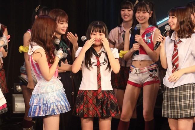 ステージ序盤で泣き出した5期生の石橋颯(いぶき)さん(中央)