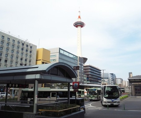 バスが団子状になるほど過密状態の京都駅前バスターミナル