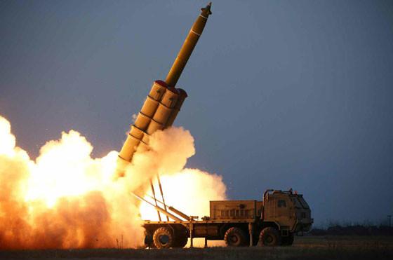 北朝鮮側は「超大型ロケット砲」の試射だと主張している(写真は労働新聞ウェブサイトから)