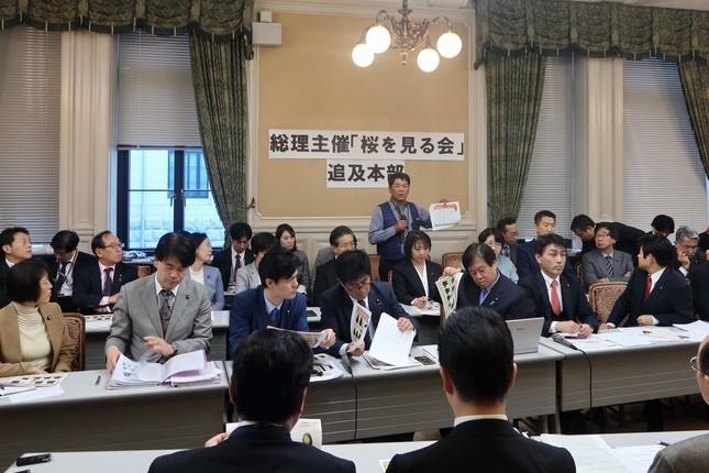 福島県の60代男性は資料を示しながら「ジャパンライフ」による被害を訴えた