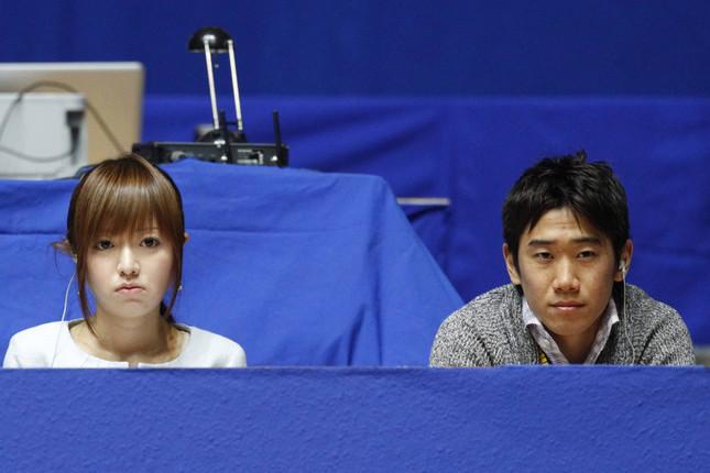 テレ東アナ時代の紺野あさ美さん(左)。右は香川真司選手(写真:アフロ)