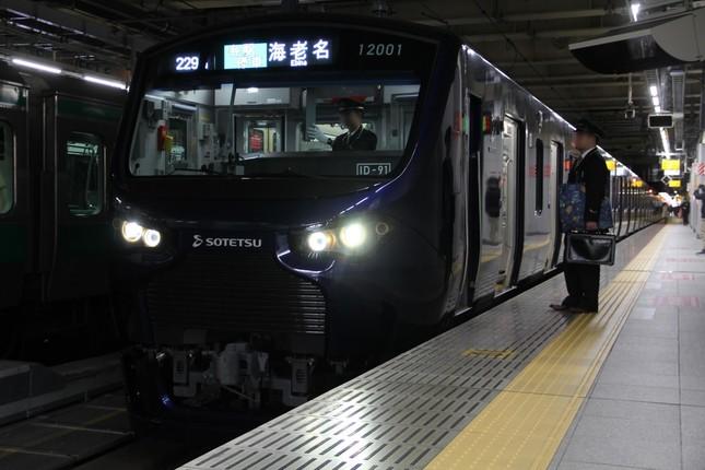 新宿で海老名方面へ折り返す相鉄12000系