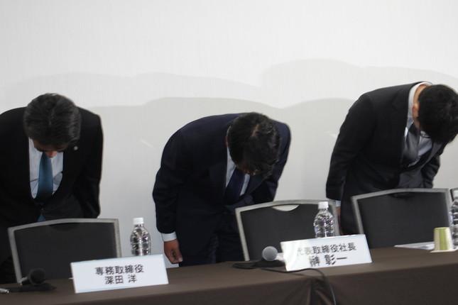 会見で頭を下げるブロードリンクの榊彰一社長(中央)ら