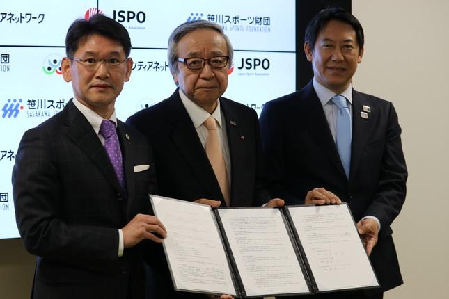 左からSSF、JSVNの理事長を兼任する渡邉一利氏、JSPOの伊藤雅俊会長、鈴木大地スポーツ庁長官