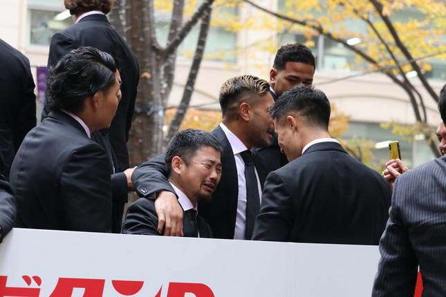 ファンの声援に感極まり、涙を流す田中選手(中央)