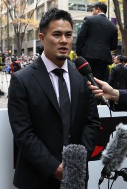 「日本8強」のパレードで取材に応じる田村優選手(2019年12月11日撮影)