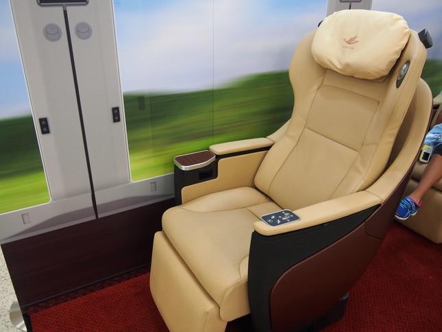 近鉄「ひのとり」の「プレミアム車両」で採用される座席