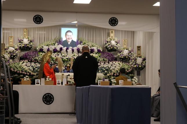東関親方の遺影を前に、声を詰まらせながら弔辞を読む日本相撲協会の八角理事長