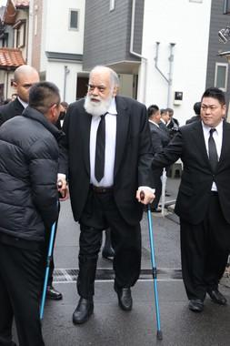 両手に杖を持ち、亡き愛弟子を見送った元高見山の渡辺大五郎さん