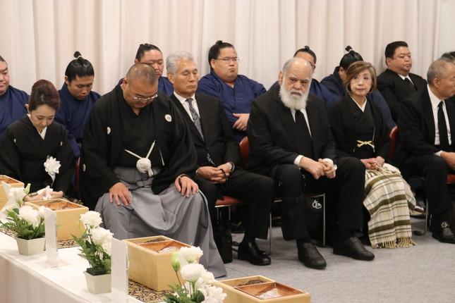 告別式の最中、うつむく振分親方(左から2番目)と、元高見山の渡辺大五郎さん(同4番目)