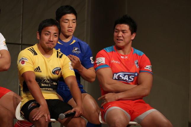 元日本代表の立川選手(右)にイジられ、笑いをかみ殺す流選手。後ろは金選手(NTTコム)