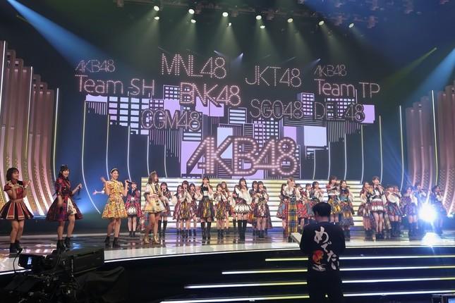 AKB48は海外の8グループのエースを交えて「恋するフォーチュンクッキー」を披露する