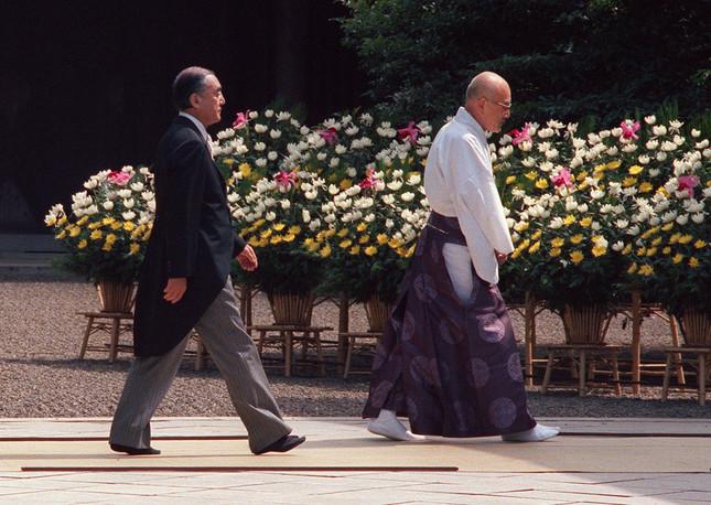 1985年に靖国神社を公式参拝する中曽根康弘首相(当時)(写真:AFP/アフロ)