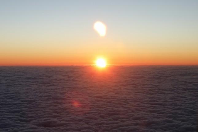 6時42分頃に東方の雲海から太陽が顔をのぞかせた。地上よりも一足早い「ご来光」だ