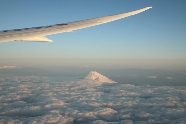 フライトは雪化粧した富士山の南方を高度2万1000フィート(約6400メートル)で通過した