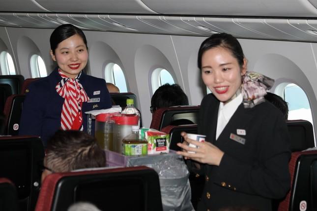客室乗務員(CA)は歴代制服でサービスした。奥が6代目(1977~87年)、手前が9代目(2004~13年)