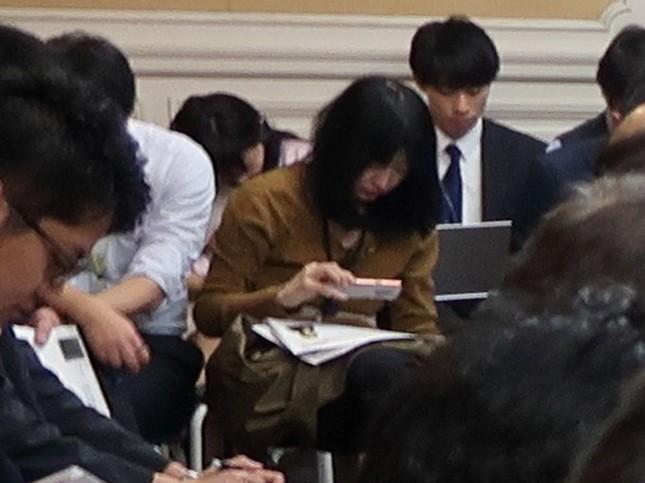 2019年12月3日、野党合同ヒアリングに出席していた三宅さん。会見現場などではしばしば、スマホを使ってネット配信を行っていた