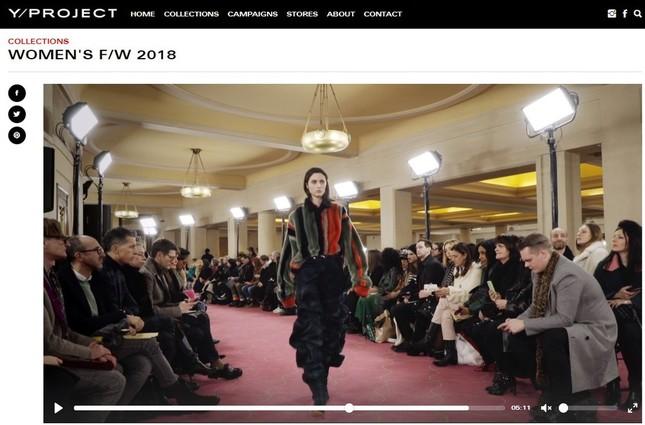 海外モデルがファッションショーで着用するとこうなる(「Y/ PROJECT公式サイトより)