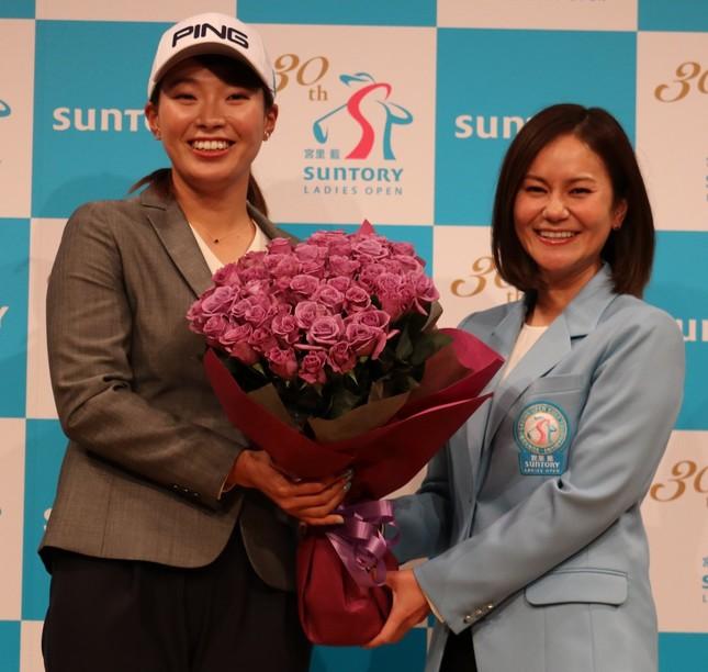 サントリーとの所属契約を発表した渋野日向子選手(左)は「尊敬する」宮里藍さんからサプライズ花束を受け取り、笑顔を浮かべた