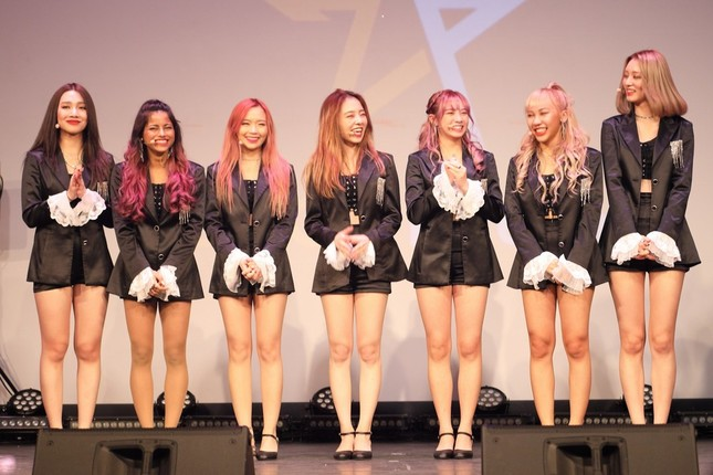 「Z-POP Dream」1期生としてデビューした女性グループ「Z-Girls」。日本人メンバーは、元乃木坂46メンバーの「マヒロ」こと川村真洋さん(写真中央)だ