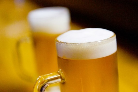「とりあえずビール!」(写真はイメージ)