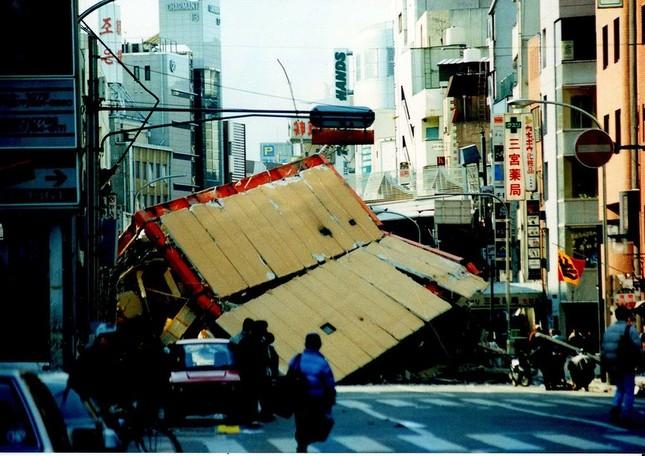 生田新道の東急ハンズ付近の被災時の様子(出所:Wikimedia Commons、撮影:松岡明芳氏)