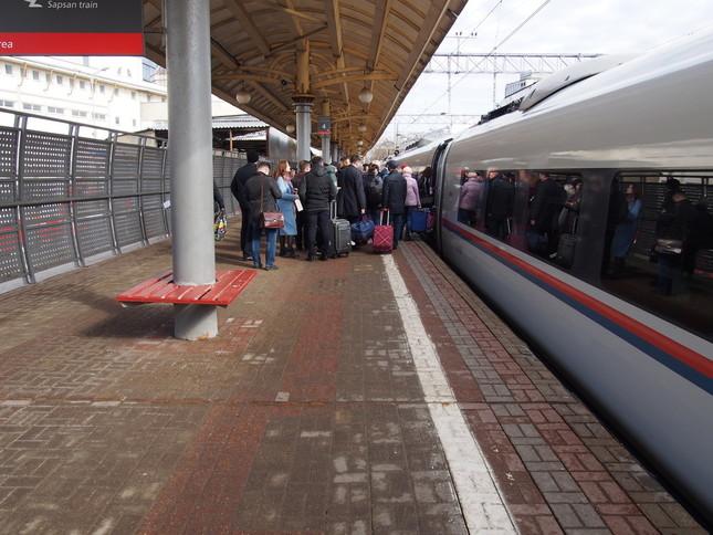 ロシアでは乗車チェックが行われるため、ドアの前には列ができる