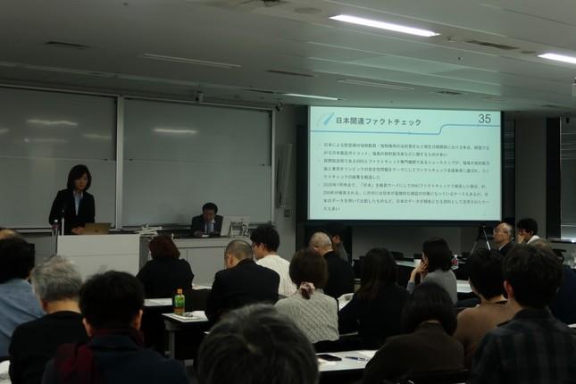 都内で講演するソウル大学「ファクトチェックセンター」センター長のチョン・ウンリョン氏(写真左)。大統領選が行われた2017年に初代センター長に就任した
