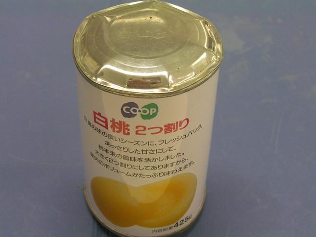 賞味期限を9年も過ぎた桃缶。破裂の恐れがあり、普通に開けると飛び散るという(写真は、コープこうべ商品検査センター提供)