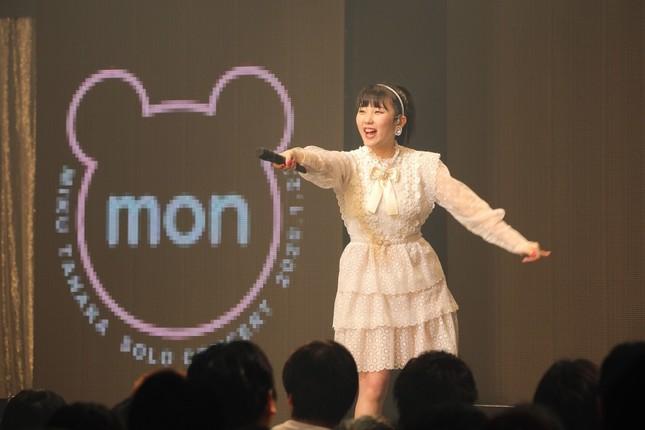単独コンサートのロゴを背にパフォーマンスするHKT48の田中美久さん