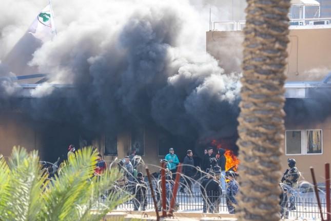 襲撃を受け、炎と黒煙を上げる米大使館(イラクのバグダッドで。U.S. Army photo)