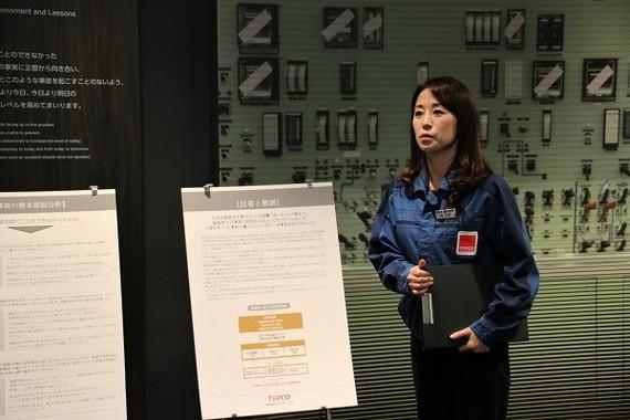 「反省と教訓」の展示について説明する廃炉資料館グループ主任・牧ノ原さん