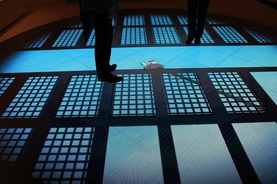 原子炉をロボットが調査する様子が、足元に映し出された