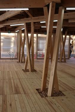 建物内の3本の柱は「右巻き」、「左巻き」となっている