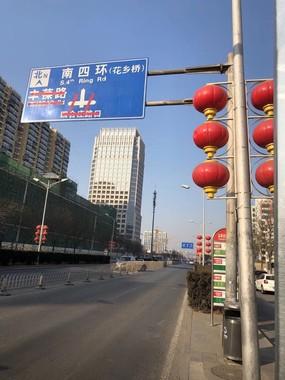 北京で最も交通渋滞する花郷付近の道路には、昼間でも車が1台も通っていなかった(2020年2月5日)