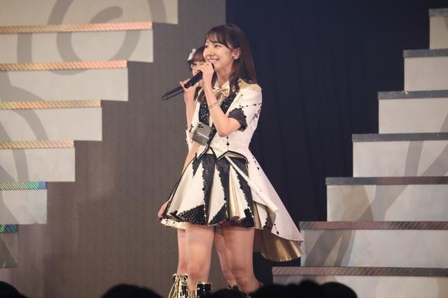 コンサートで自撮り棒を衣装に差して「恋するフォーチュンクッキー」を披露する柏木由紀さん。ファンにはあっという間に気付かれたという