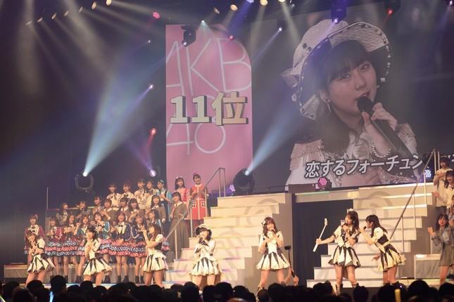 「恋するフォーチュンクッキー」を歌いながら自撮りする柏木由紀さん(前列右から2人目)