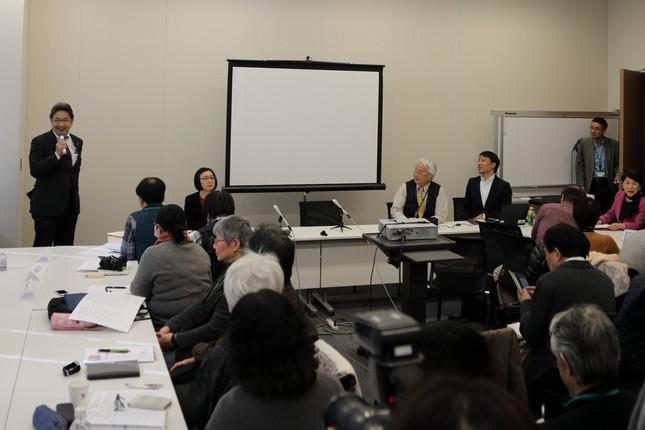 集会であいさつする立憲民主党の杉尾秀哉参院議員(写真右)。集会には100人以上が参加した