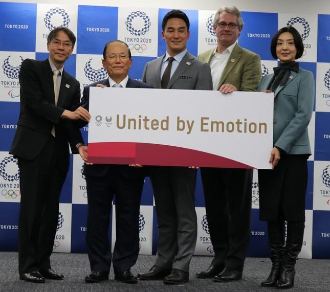 左から古宮副事務総長、武藤事務総長、松田丈志さん、デービッド・アトキンソンさん、草刈民代さん