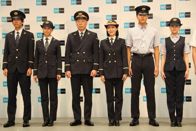 20年4月より着用予定の東京メトロ新制服。左右4名は乗務員・駅係員用、中央2名は駅長・区長など現場長用の制服